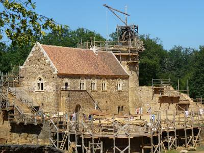 Building a medieval castle at Gu�delon
